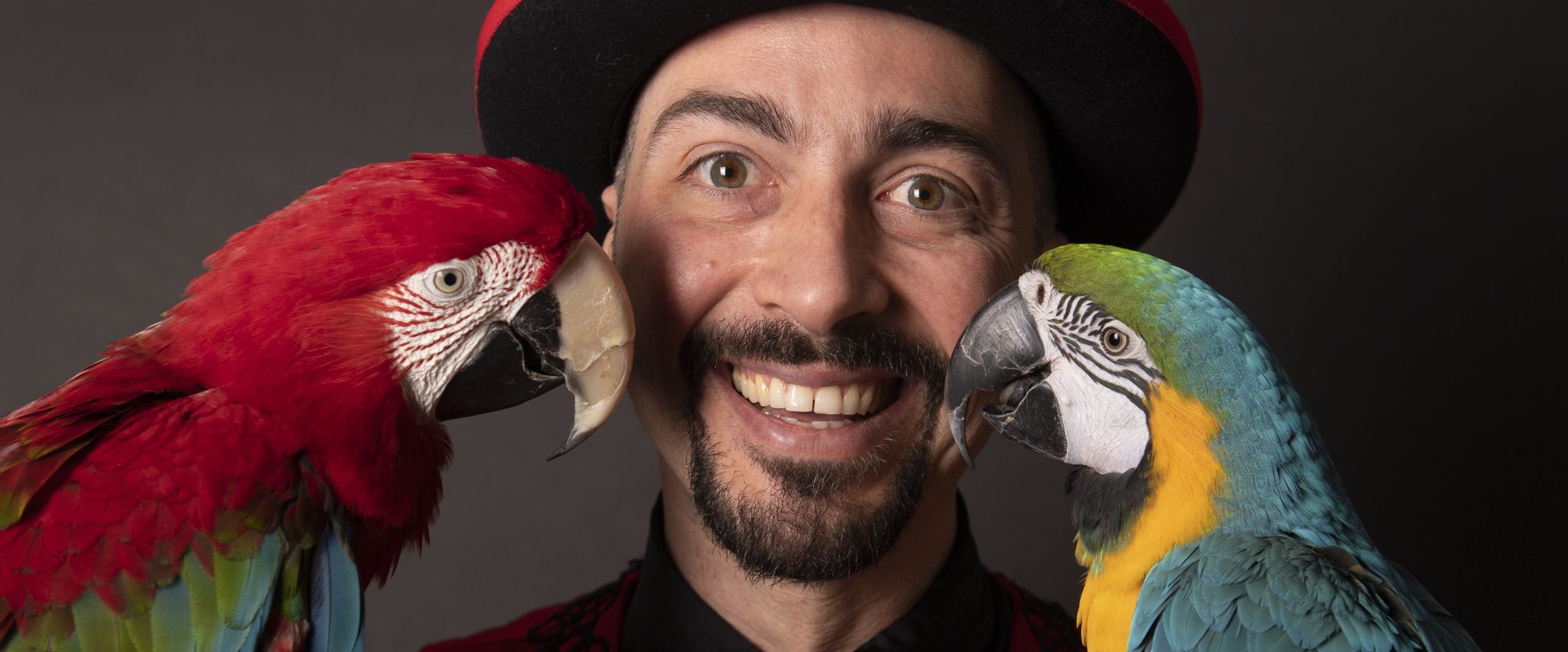 gigi-speciale-mago-pappagalli-saltimbanco-animazione-bambini-roma