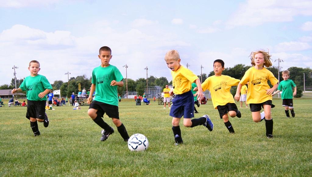 bambini a calcio